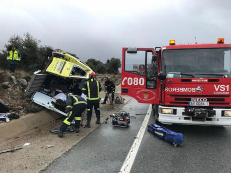 Vuelca una ambulancia en la N-403