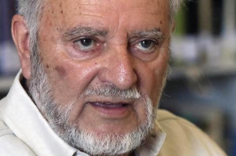 El excoordinador general de IU, de 78 años que ayer sufrió un fallo coronario, sigue en estado crítico