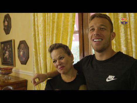Unos ladrones entran en la casa de Arthur y amenazan al hermano del futbolista colocándole un destornillador en el cuello