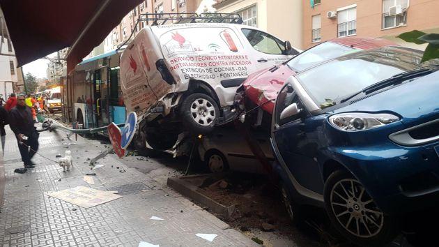 Un chofer de autobus de la EMT sufre un infarto y arrolla a nueve coches en Málaga
