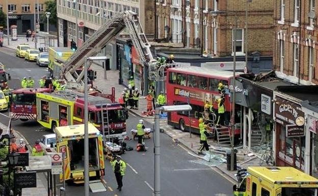 Un autobus se empotra contra una tienda en Londres.