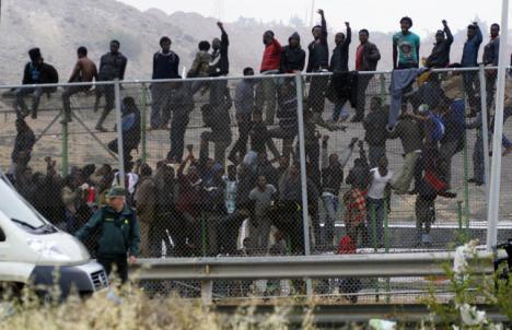 Nueva avalancha para saltar la valla fronteriza de Ceuta