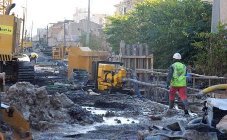 Unos desconocidos lanzan dos artefactos explosivos en las obras del AVE en Murcia.