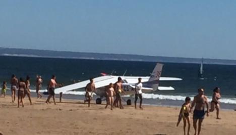 Una avioneta arrolla a dos bañistas en una playa de Portugal