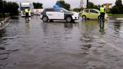 Varias personas atrapadas en vehículos por las fuertes lluvias en Benicarló, han tenido que ser rescatadas