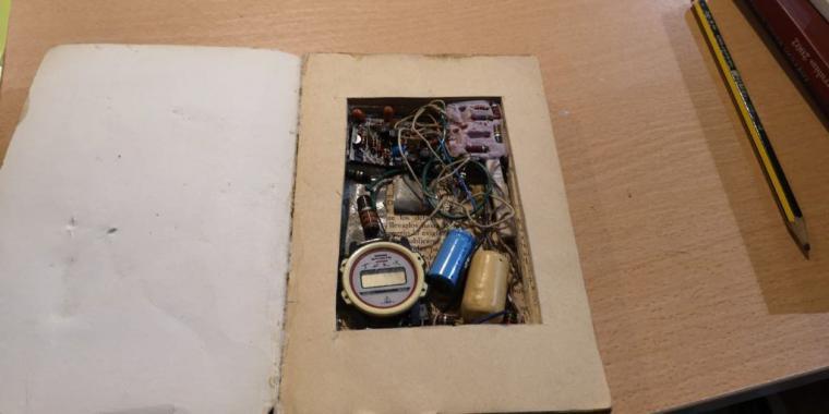 Los Tedax retiran de una librería de Badajoz un falso libro-bomba