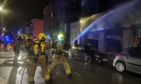 Dos personas muertas y una veintena heridas en el incendio de una nave okupada en el barrio del Gorg de Badalona
