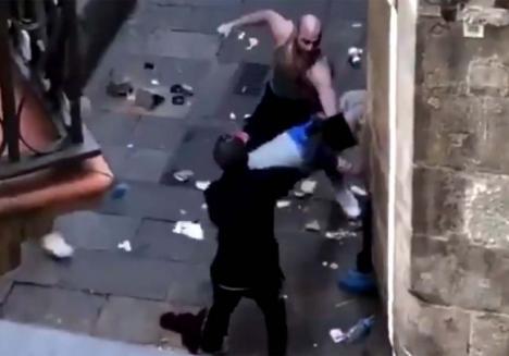 Un ladrón que trataba de robar a un repartidor en Barcelona, agredido por un grupo de vecinos