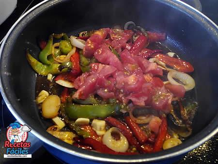 Bonito con pimientos en salsa de tomate