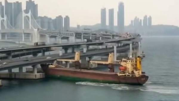 Un buque ruso se estrella contra un puente en Corea del Sur