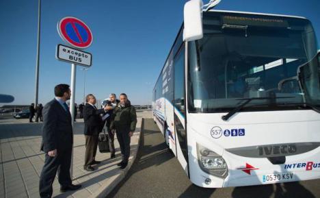 El Ayuntamiento de Lorca pone a disposición de los viajeros dos autobuses para desplazarse a Águilas tras la avería que se producía anoche en uno de los cercanías en la estación tren de Sutullena