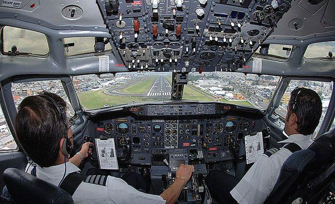Intenta entrar en la pista para detener el avión que había perdido y donde viajaba toda su familia