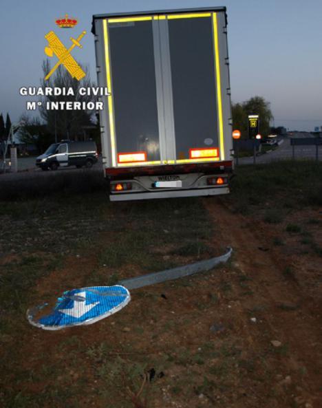 Detenido a un camionero por negarse a realizar la prueba de alcoholemia tras sufrir un accidente.