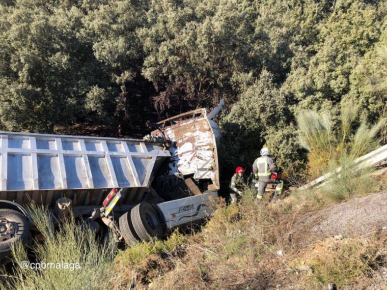 Un camión se sale de la carretera en Ronda y cae por un terraplén