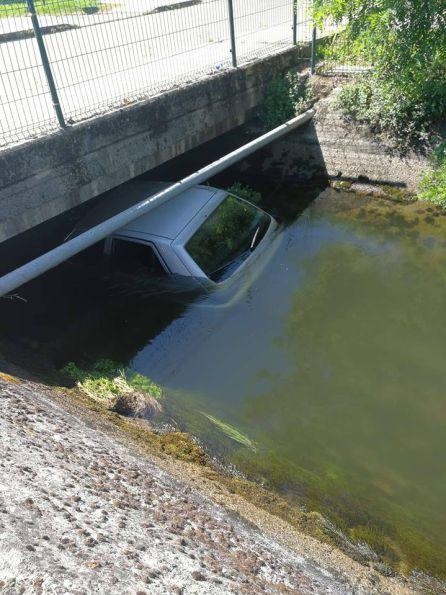 Detenidos dos jóvenes de 19 y 20 años tras caer con un coche en el canal