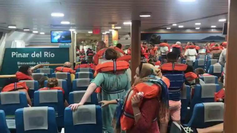 Un ferry de Balearia encalla en Denia y tienen que evacuar a los 400 pasajeros que iban a bordo