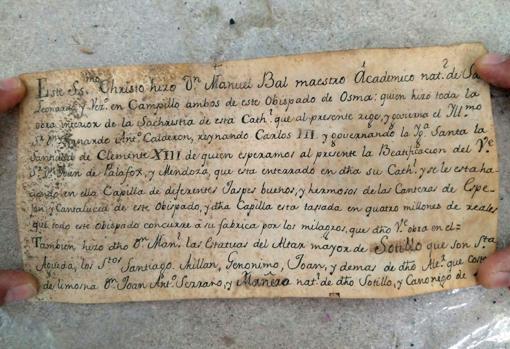 Encuentran una 'cápsula del tiempo' dentro de una talla del siglo XVIII