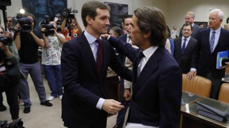 Malcarado y chulesco, la imagen de un Aznar que deja al PP por los suelos.