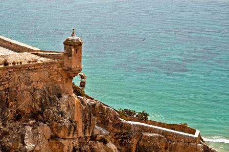 Una mujer sin identificar se precipita desde el Castillo de Santa Bárbara en Alicante.