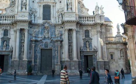 El ciudadano rumano que amenazaba con arrojarse al vacío desde la Catedral de Murcia desiste y baja.