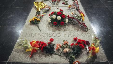 El Gobierno anuncia que los restos de Franco serán trasladados al cementerio de El Pardo y los familiares del dictador asegura que no uede entrar en la basílica