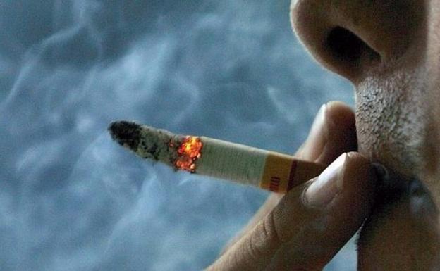 Detenido un joven por agredir y quemar con un cigarro a su madre en Málaga