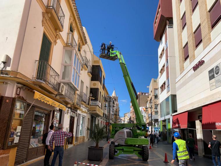 El Ayuntamiento de Lorca retoma la colocación de toldos en varias calles peatonales del centro para incrementar las zonas de sombra y reducir la temperatura en los meses de verano