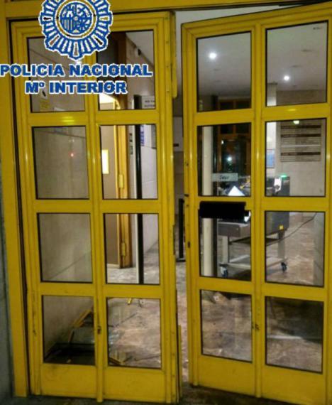 Un hombre estrella su coche contra la comisaría de Málaga