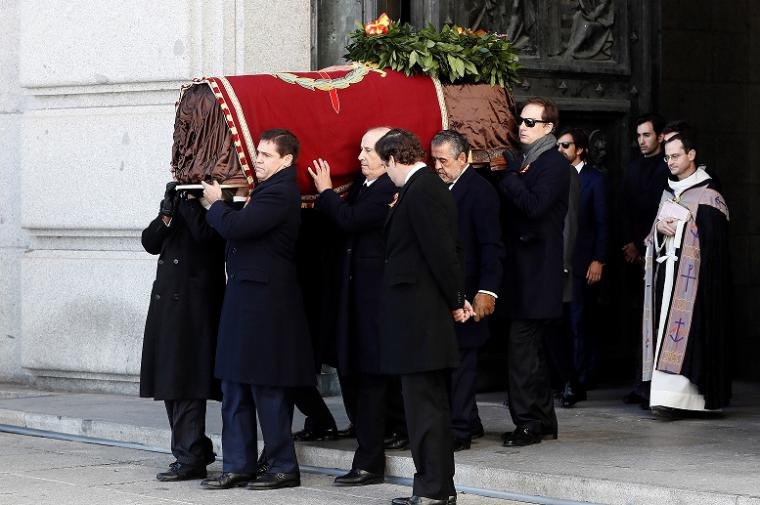 Los Franco montaron el pollo durante la exhumación y ceremonia religiosa de su abuelo