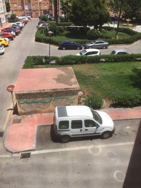 """Indignación vecinal por la falta de vigilancia que ha convertido la Plaza Nuestra Sra. de la Luz del Zapillo en Almería, en un """"meadero"""""""