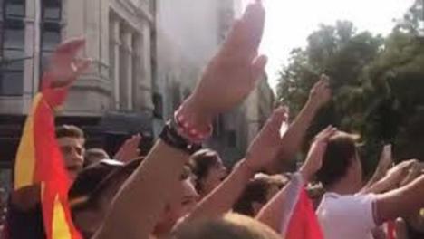 La policía sanciona a ocho jóvenes de ultraderecha que cantaban el Cara al Sol sin mascarilla en Córdoba