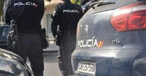 La policía de Málaga sigue buscando al joven que dio una paliza de muerte a su novia de 16 años porque esta iba a dejarle
