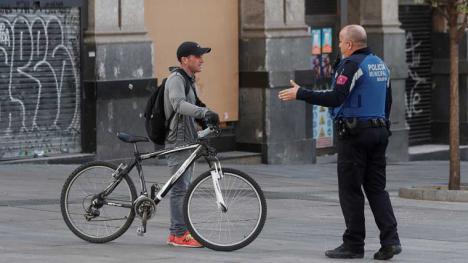 En Madrid se multará a partir de hoy martes a toda persona que salga a la calle y no justifique debidamente que va a trabajar y ha quien vaya al supermercado para pasearse