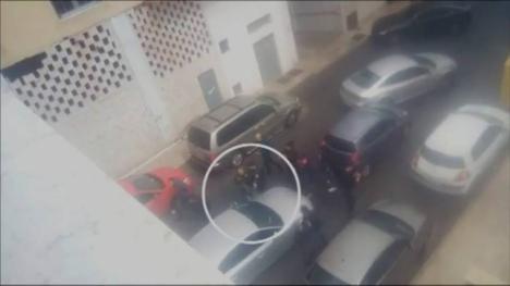Ana Julia Quezada iba conduciendo el coche, con el cadáver del niño en el maletero, mientras habla con un periodista.