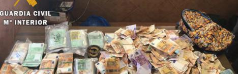 La Guardia Civil encuentra 250.000 euros esparcidos por el arcén de la autovía A-4