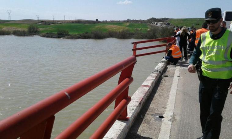 Cae al río Ebro un coche tras chocar contra un autobús