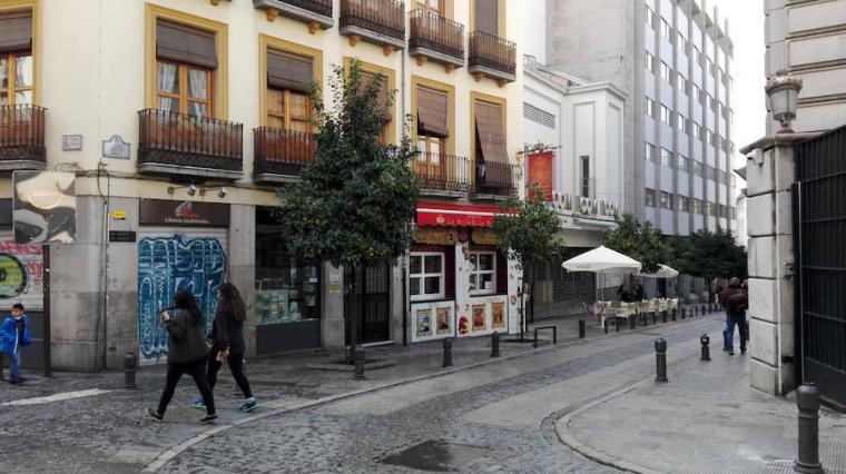 Un senegalés apuñalado en un bar de la granadina calle Elvira