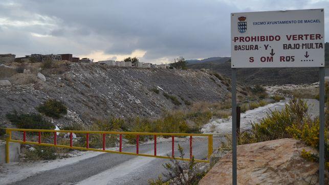 Con el título : 'Vertidos incontrolados en la comarca del mármol: una empresa vinculada al alcalde de Macael usó un vertedero clausurado'