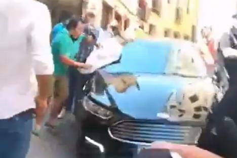 Un grupo de taurinos golpean en Toledo el coche de la ministra Yolanda Díaz al grito de