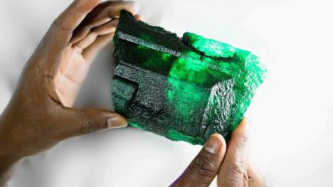 Encuentran en una mina de Zambia una esmeralda gigantesca.
