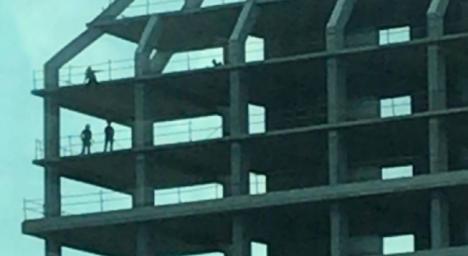 Consiguen evitar que una joven que amenazaba con tirarse al vacío desde lo alto de un edificio, lo haga