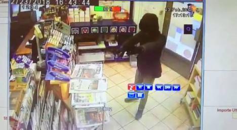 Una estanquera evita un robo abalanzándose sobre el atracador
