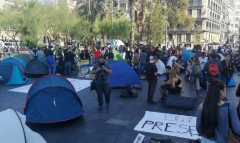 Los acampados de plaça Universitat, desalojados