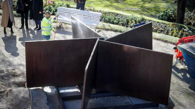Una escultura de Richard Serra luce ya en el Museo Helga de Alvear