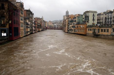 En Girona salta la alarma por el riesgo de desbordamiento del río Onyar