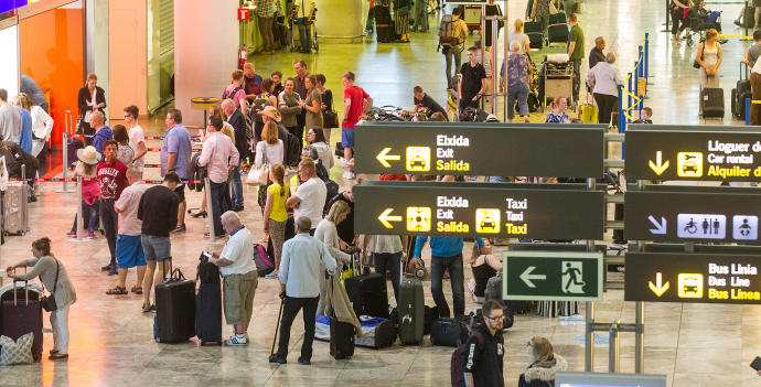 Detenido un hombre que robaba a usuarios del aeropuerto disfrazado de personal laboral.
