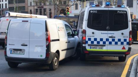 Se confirma en parte la alerta terrorista. Un hombre roba una furgoneta y choca contra un control antiterrorista en La Rambla