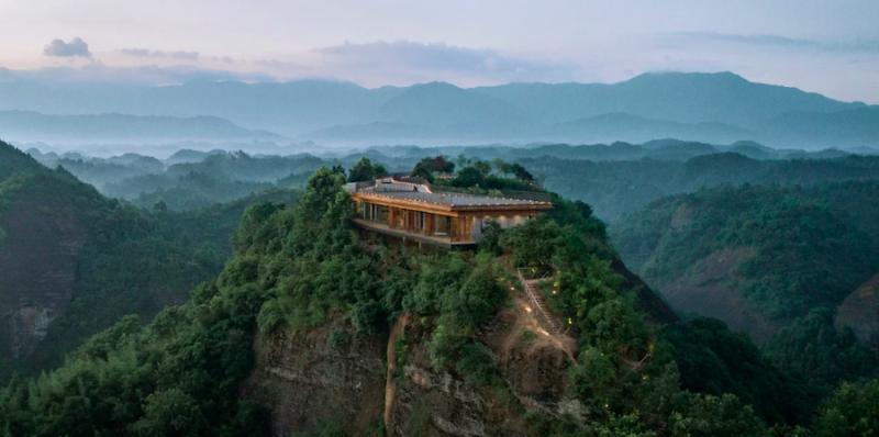 ¿Dónde ir? Te proponemos este espectacular hotel en la cima de una montaña en China
