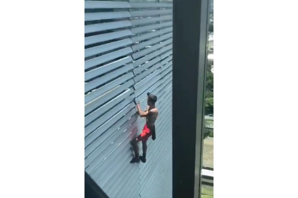 El 'hombre araña ruso' vuelve a escalar sin protección un edificio en Medellín