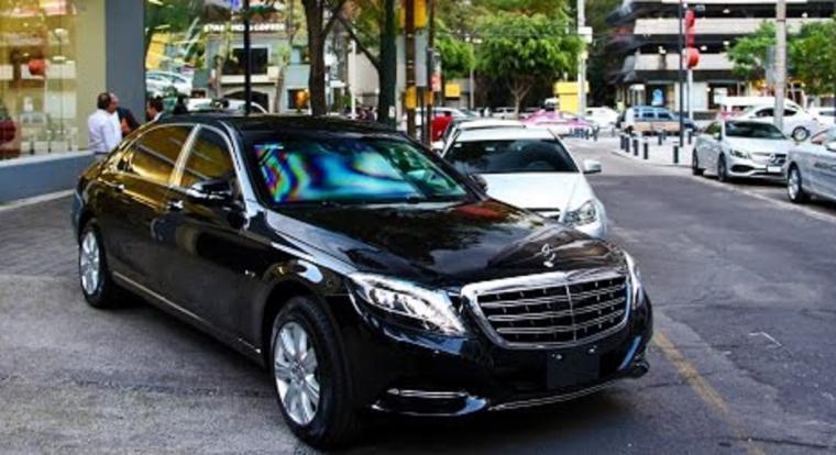 Los reyes se pasean por Sevilla con un Mercedes de medio millón de euros